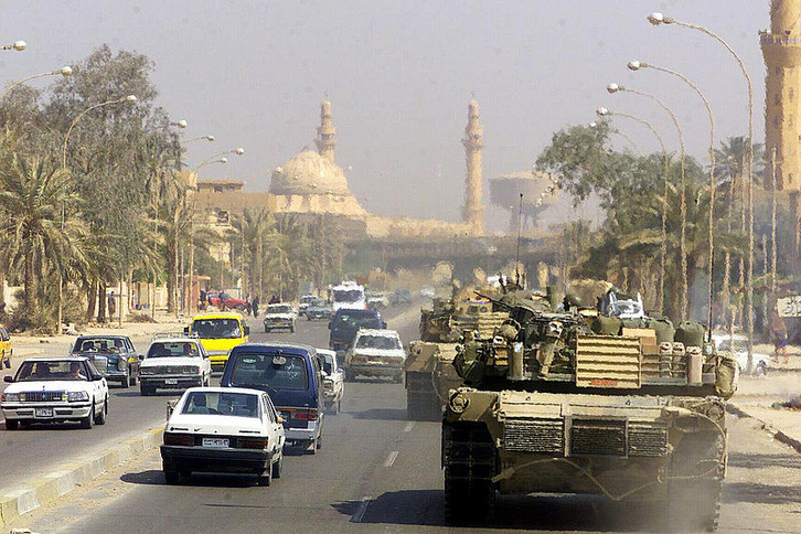Amerikai M1 Abrams tankok Bagdad utcáin 2003 áprilisában