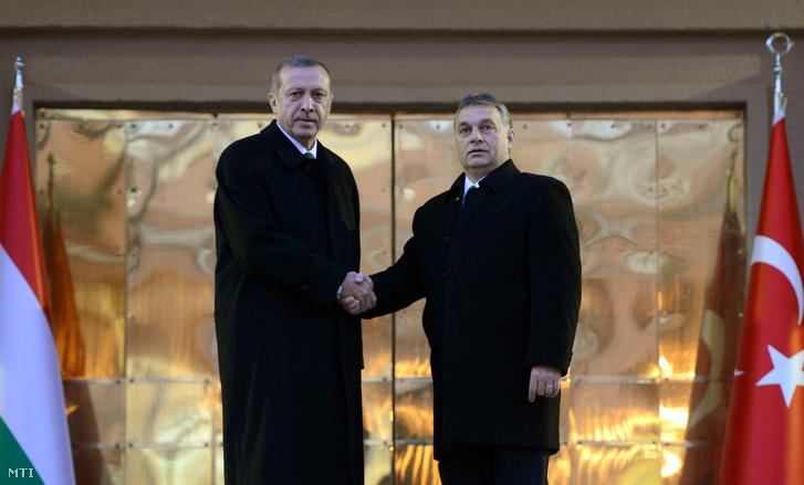 Recep Tayyip Erdogan török kormányfő fogadja Orbán Viktor magyar miniszterelnököt Ankarában 2013. december 18-án.