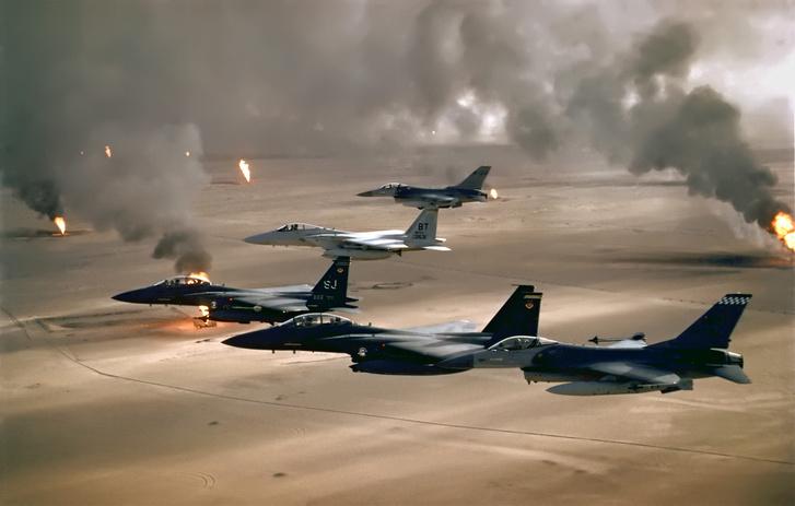 A koalíció gépei Kuvait felett (köztük F-16-os, F-15C és F-15E)