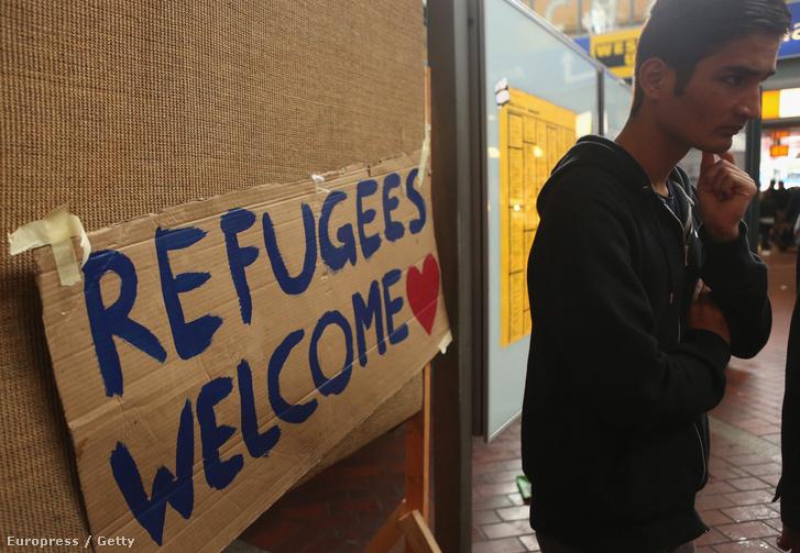 Menekült várakozik a hamburgi vasútállomáson, 2015. szeptember 19-én.