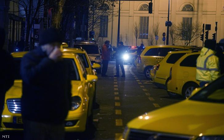 Az Erzsébet tér kedd este az MTI fotóján