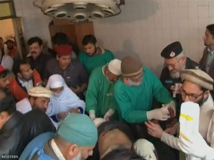 A támadás sebesültjeit egy közeli kórházban látják el.