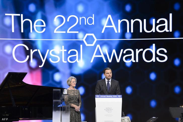 Leonardo DiCaprio Hilde Schwabtól vette át a díjat