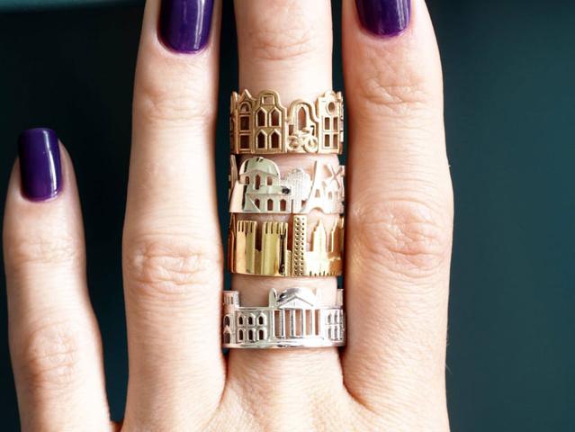Arany és ezüst színben kaphatóak Ola Shekhtman városképes gyűrűi.