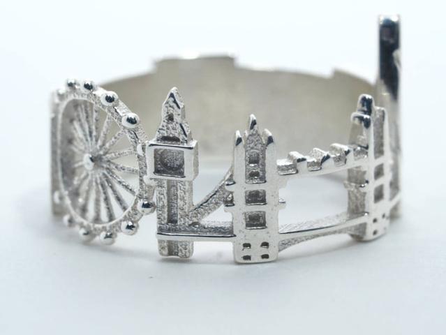 A londoni gyűrűn felfedezhető a London Eye ( Millenniumi Kerék), a The Gherkin azaz Az Uborka felhőkarcoló, a Tower-híd, a Big Ban és a Buckingham-palota.