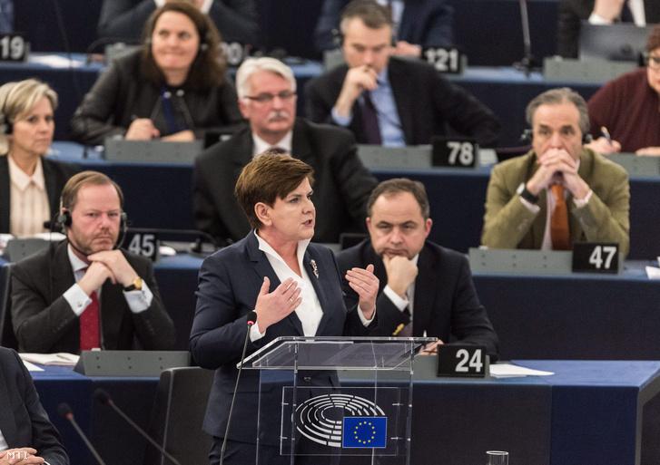 Beata Szydlo lengyel miniszterelnök felszólal az Európai Parlament plenáris ülésének a lengyelországi helyzetről rendezett vitájában a szervezet strasbourgi székházában.