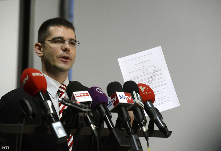 Novák Előd a Jobbik alelnöke nyilatkozik a honvédelmi miniszter által kezdeményezett ötpárti egyeztetést követően a Honvédelmi Minisztérium aulájában 2016. január 12-én.