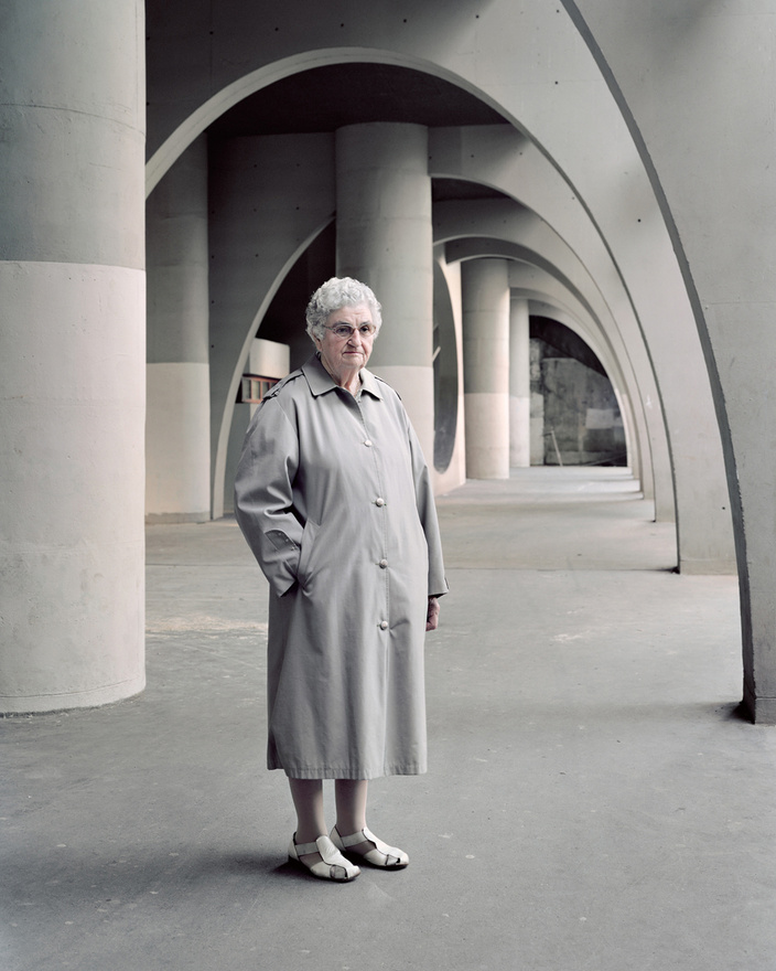 Ivry-sur-Seines jellegzetes modernista árkádsora, a Renée Gailhoustet tervei alapján 1966-1973 között felhúzott Cité Spinoza. A 81 éves Denise portréjával Kronental ismét azt a pillanatot akarta elkapni, amikor a vasbetonba fagy az idő, és a néző elsőre nem is tudja eldönteni, hogy 1925-ből, 1975-ből vagy 2025-ből lát-e épp egy nagyvárosi életképet.