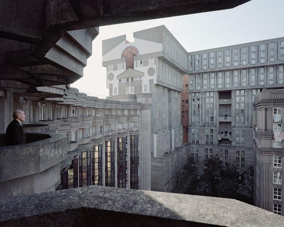 Ezen a 2014-es képen a 88 éves Joseph szemléli elmélyülten a katalán sztárépítész, Ricardo Bofill franciaországi korszakából származó posztmodern lakóházát, az 1978 és 1982 között épült Le Palais d'Abraxast, a Párizs melletti Noisy-le-Grandben.