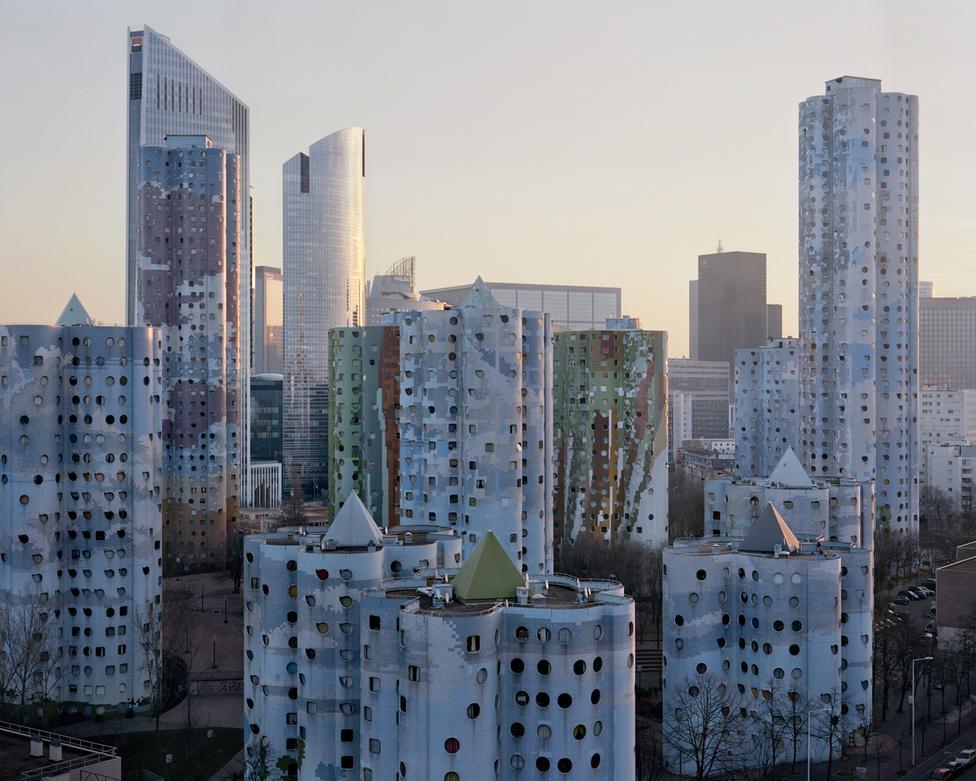 2014-es fotó a Picasso városaként is emlegetett Les Tours Aillaudról. A jellegzetes, kerek ablakos, hengerforma toronyházak Párizs egyik nyugati elővárosában, Nanterrében épültek 1977-ben, a híres francia modernista építész, Emile Aillaud tervei alapján. A sajtszerűen lyukacsos épületek, tetejükön az egyiptomi piramisokra emlékeztető gúlákkal a mai napig ámulatba ejtik a francia iparművészetért rajongó urbanistákat. Összesen 18 épült belőlük, a legmagasabb 39 emeletes.