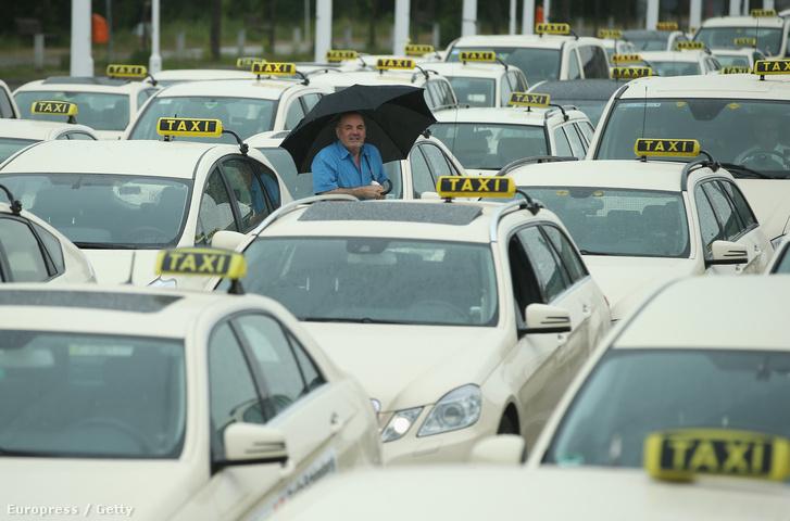 Uber ellen tüntető taxisok Berlinben