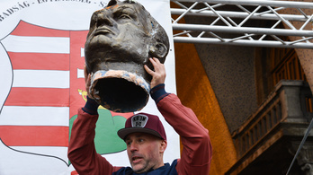 Felmentették Dopemant, aki megrúgta az Orbán-szobrot