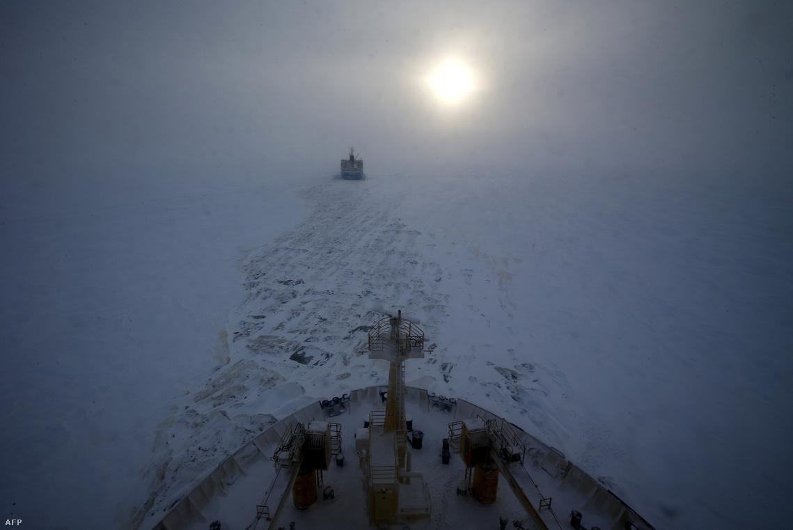 Tankhajó és jégtörő haladnak a Jeges-tengeren egy sarkkör-menti orosz kitermelőhelyre.