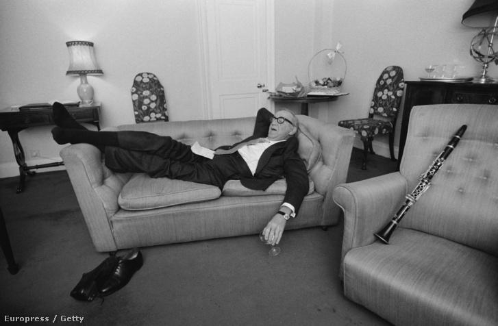 Benny Goodman jazzklarinétos alszik egy díványon fellépés után.