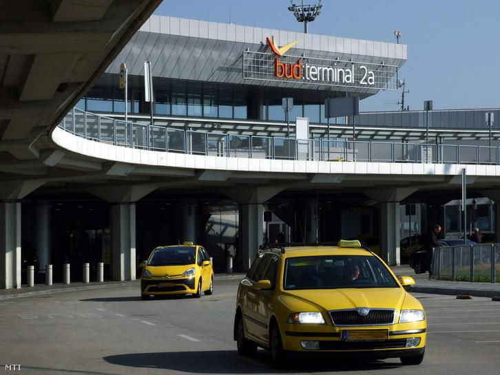 Taxik a Liszt Ferenc Nemzetközi Repülőtér előtt