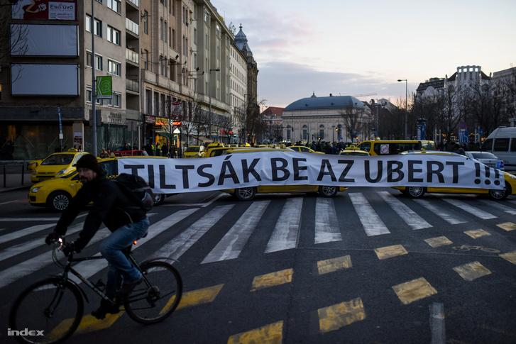 Taxisok tüntetnek az Uber ellen Budapesten január 18-án