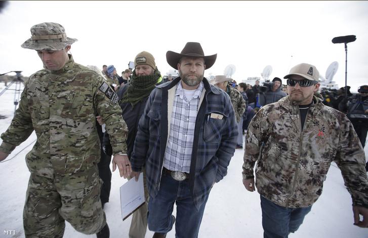 Ammon Bundy nevadai gazdálkodó a Malheur Nemzeti Vadvédelmi Területet elfoglaló fegyveres csoport tagja (k) társaival miután riportereknek nyilatkozott az Oregon állambeli Burns közelében 2016. január 4-én.