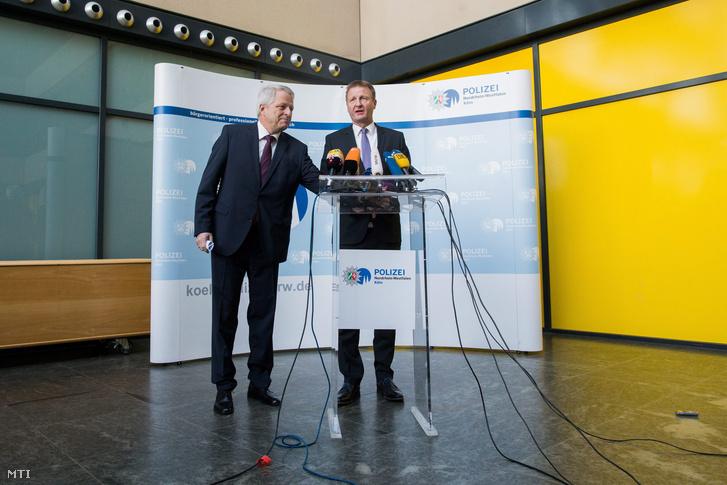 Ralf Jäger Észak-RajnaVesztfália tartományi belügyminisztere (j) és Jürgen Mathies új kölni rendőrfőnök sajtótájékoztatót tart a kölni rendőrparancsnokságon január 19-én.