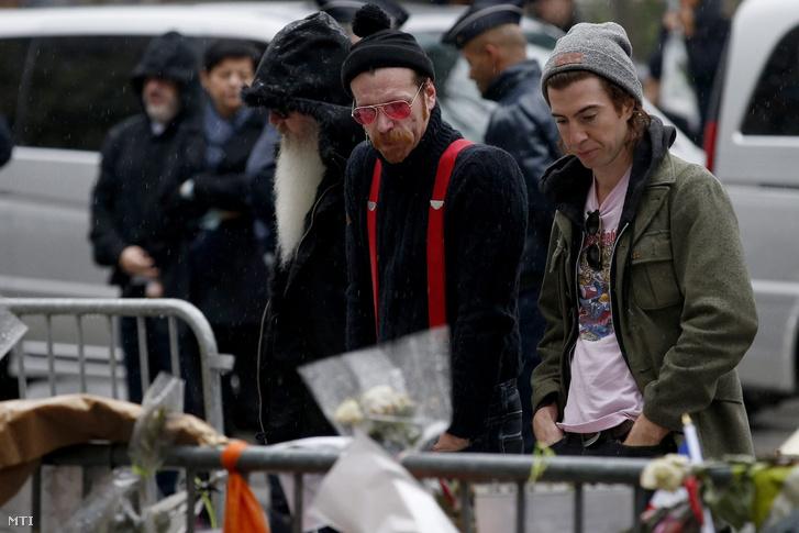 Jesse Hughes az Eagles of Death Metal amerikai zenekar frontembere valamint a zenekar egyik gitárosa Dave Catching és a dobosa Julian Dorio (b-j) a november 13-i párizsi terrortámadások egyik helyszíne a Bataclan rendezvényterem előtt 2015. december 8-án.
