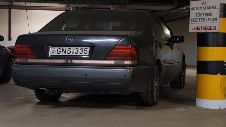 A W140-es esetében muszáj elvonatkoztatni a hozzá kapcsolódó szocio- és társadalmi vonaltól ahhoz, hogy lássuk, micsoda remekmű a formája még mindig
