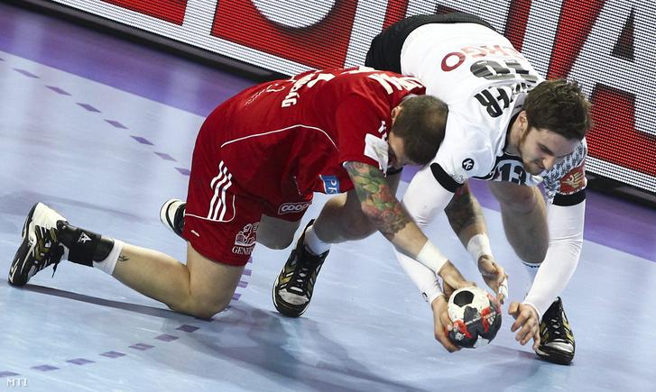 Zubai Szabolcs (b) és a német Hendrik Pekeler a férfi kézilabda Európa-bajnokság középdöntőjében.