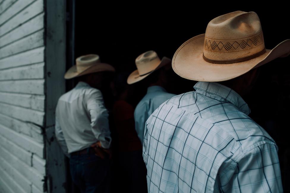 Három földműves elkéredzkedett, hogy a Colorado állambeli New Raymerben található Cowboy Chruch, egy fészerben tartott miséjén részt vehessen.