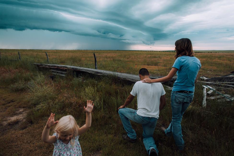 Az aratás második napját egy nyugatról érkező szupercella töri ketté. Colton Mertens imádkozik, hogy az ső forduljon dél felé, miközben felesége, Lauren a férfit figyeli. Unokahúguk, Carlee pedig mintha mit sem törődne az egésszel.