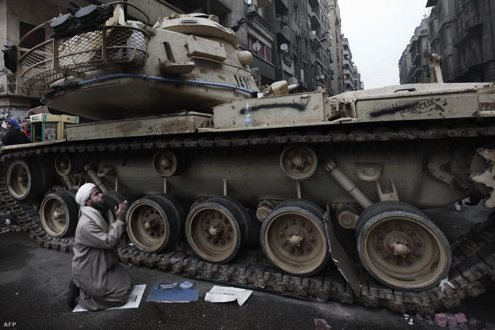 A hadsereg vezetése a tüntetések alatt végig azt hangoztatta: semleges állásponton maradnak, egyetlen céljuk a közrend megóvása. Február 5-én Mubárak-párti tüntetők egy csoportja indult el a Tahrír térre, ahol eddigre már barikádot építettek a kormányellenes demonstrálók. A hadsereg figyelmeztető lövésekkel oszlatta fel a Mubárak-pártiakat.