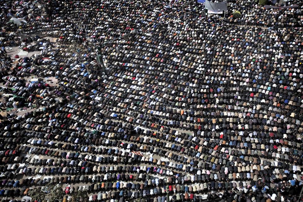 """Február 4-én a tüntetések szervezői az elnöki palota elé hirdették meg a """"távozás péntekjét."""" A kairói főtéren körülbelül 300-350 ezer ember gyűlt össze a szervezők szerint, akik közösen mondták el a pénteki kötelező imát. A városban és az ország főbb forgalmi csomópontjain már tankok állomásoztak, felkészülve az újabb összecsapásokra. Alexandriában egymillió ember tüntetett a kormány és az elnök ellen. """"Ha Kairóban erőszakot alkalmaztok, felutazunk a fővárosba!"""" – üzenték a karhatalomnak. De komolyabb összecsapásra nem került sor."""