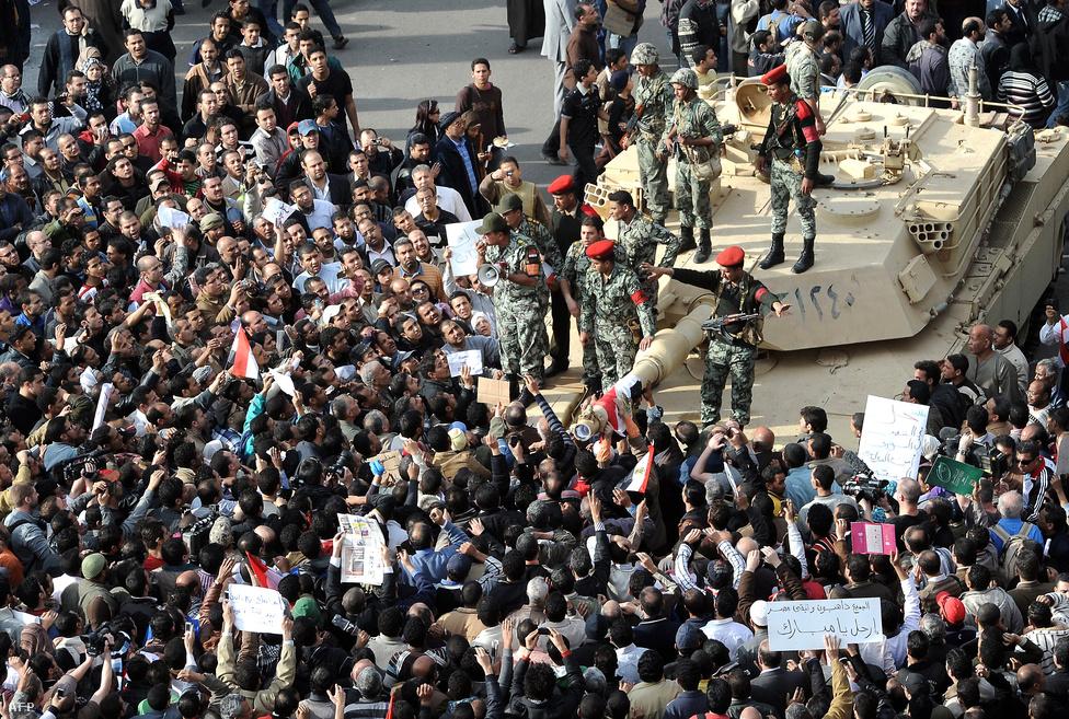 A harag péntekjen a rendőrség és a kormány ellenes tüntetők mindenhol összecsaptak. A karhatalom könnygázzal és gumilövedékkel kezdte oszlatni a pénteki ima után összegyűlt tömegeket. Válaszul kövekkel, üvegekkel dobálták meg őket. Az összecsapások január 29-ére sem értek véget.