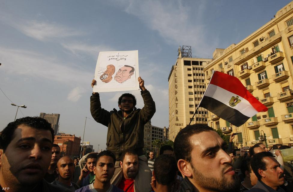 2011. január 25-én Egyiptom modernkori történelmének legnagyobb tüntetéssorozata indult el a kairói Tahrír téren. Öt év távlatából már látszik, hogy az ország egyik diktatúrából csak egy másikba jutott. A majd' harmincéven lévő Hoszni Mubárak elnök ugyan lemondott, de az őt követő iszlamista Mohamed Morszit egy katonai puccsal mozdították el a hatalomból.