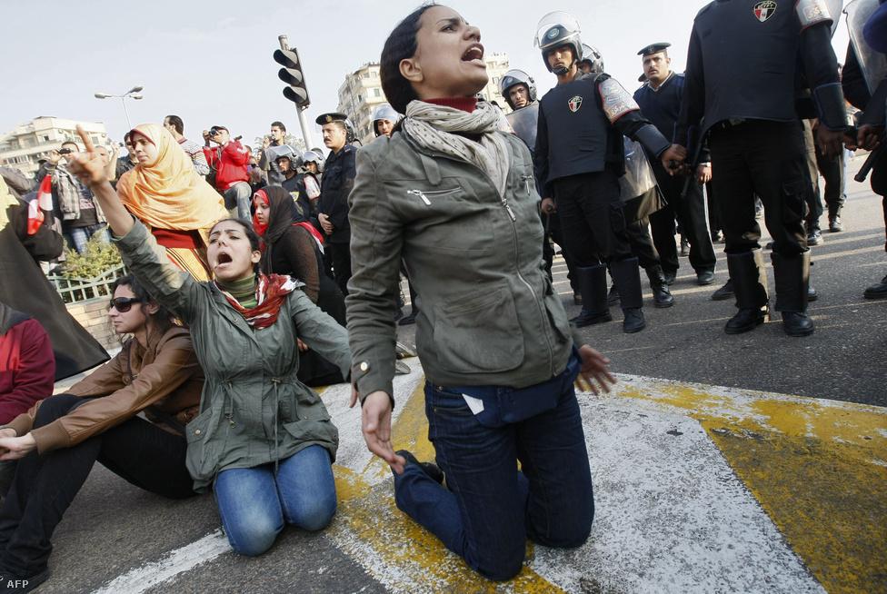 Január 25-ike a rendőrség napja Egyiptomban, ország szerte több helyen tüntetések kezdődtek. Az észak-afrikai arab országokban minden kedvezett a kormánykritikus megmozdulásoknak: alig két héttel korábban Tunéziában megbukott az országot 23 éve irányító Zín el-Ábidín ben Ali elnök, miután december közepe óta követelték a lemondását.                          Mubárak eddigre már 30 éve, 1981 óta irányította Egyiptomot. Kormányzását nyugatról jó szemmel nézték, mert Amerika- és Izrael-barát politikát folytatott, míg a helyi lakosok egészen mást éltek meg. Az országban 1957 óta tartott a szükségállapot, amit Mubárak hivatalba lépésekor, mindössze 18 hónapra függesztettek fel. Körülbelül 30 ezer ember ült börtönben politikai okokból, csak 17 ezret a szükségállapot megszegése miatt tartóztattak le.                         A lakosság pedig a 2008-as gazdasági válság hatásait érezte még. A fiatal férfiak nem tudtak megházasodni, mert nem volt lehetőségük lakásvásárlásra. A korrupció pedig az egyiptomi igazságszolgáltatás és közigazgatás minden szintjét átszőtte már. Emellett rendszeresek voltak a hatóságok és a katonaság túlkapásai. Január 25-én már a tüntetések kezdetekor szinte biztosra vehető volt: Egyiptom a polgárháború szélére sodródott.