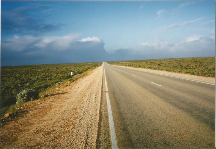 Már Ausztráliában. A végtelen utak nem sok ingerrel szolgáltak, az éjszakák ellenben annál eseménydúsabbak voltak. Lászlót a hideg gyötörte, és folyamatos félelemben aludta a kígyók, pókok miatt