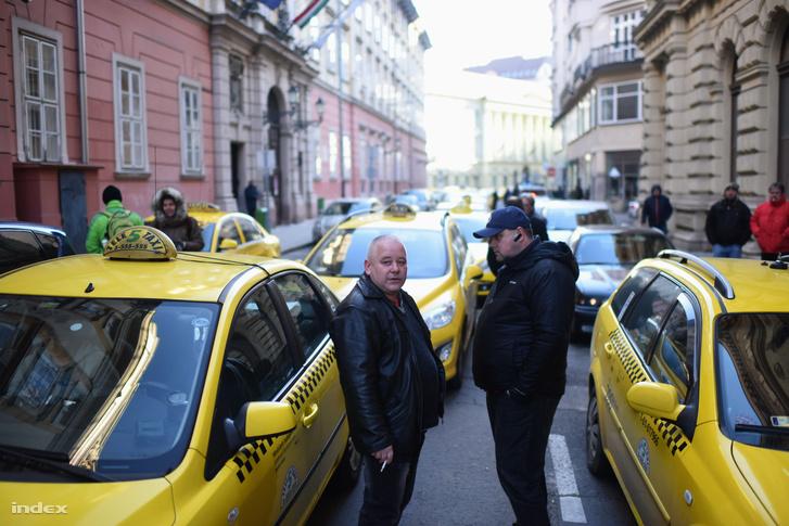 Tüntető taxisok a városháza előtt, január 18-án