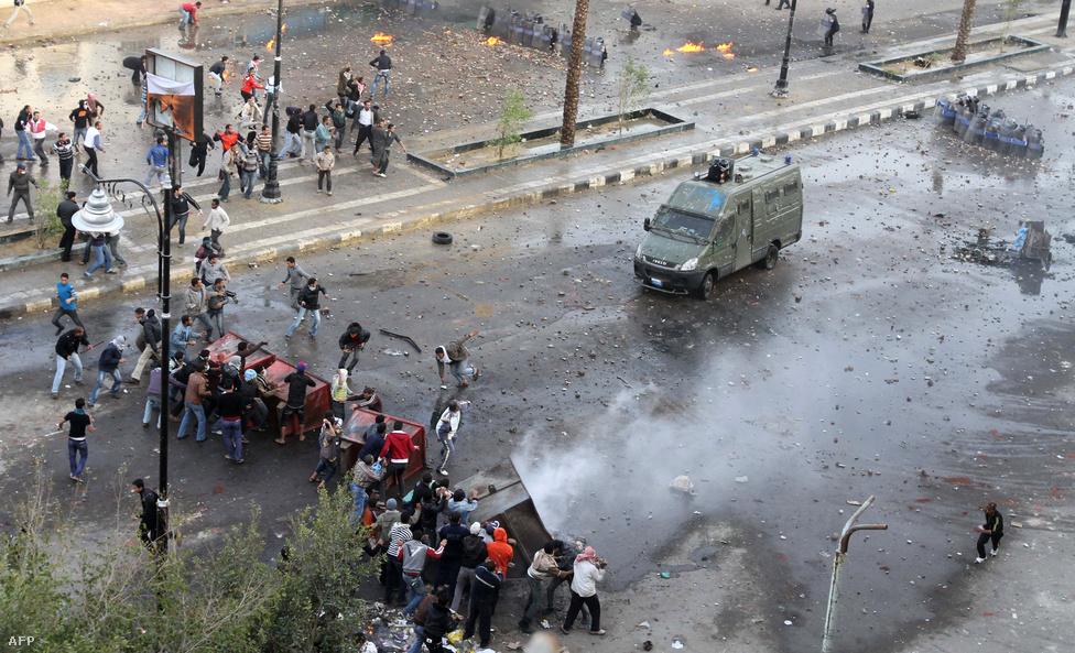 Ez sem tartotta vissza a tömeget. Kairóban a Belügyminisztérium előtt ezrek gyűltek össze. Itt három embert megöltek, akik a vádak szerint az épület megrohamozására készültek. Eddigre egyes források szerint már legalább 109-en, más források szerint 105-en haltak meg a tüntetők és rendőrök közti összecsapásokban. Este 8 után eltűntek a rendőrök Kairóból, ezért sokan fosztogatni kezdtek. Még a múzeumokat is megrohamozták, de a többség a műtárgyak védelmére kelt.