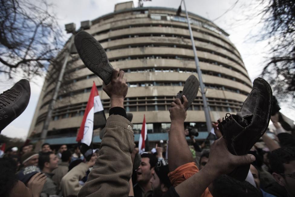 Az elnök február 10-én ismét beszédet mondott, mindenki azt várta, lemond. Ehelyett a hatalmat alelnökére ruházta át, szeptemberre új választásokat, valamint hat alkotmánymódosítás beterjesztését ígérte. Megemlítette a szükségállapot eltörlését is. Mivel a még mindig több százezres tömeg a lemondására számított, a tüntetések Egyiptom szerte folytatódtak. Másnap cipőjüket levéve, azt a magasba emelve követelték a lemondását.