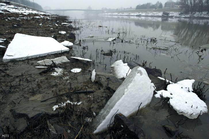 Partra sodródott töredezett jégtáblák a Tisza szolnoki szakaszán 2016. január 25-én. A tartós kemény fagyok hatására elkezdődött a parti jegesedés és a jégzajlás a folyó középső szakaszán.