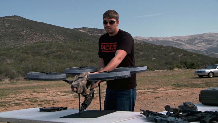 Képünk csak illusztráció. Nemrég Youtubeon-on terjedt egy videó erről az automata fegyverrel felszerelt drón-koncepióról.