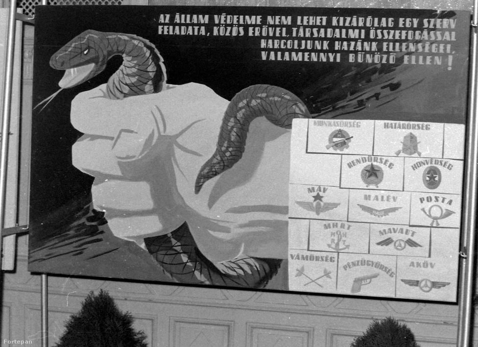A 1961-es propagandaplakát szerint hazánk közös ellenségei a bűnözők voltak, kígyóként ábrázolták őket. A felsorolt szervek közül néhány még ma is létezik. Ez a kép egy akkori bűnügyi kiállítás képei közt szerepelt.