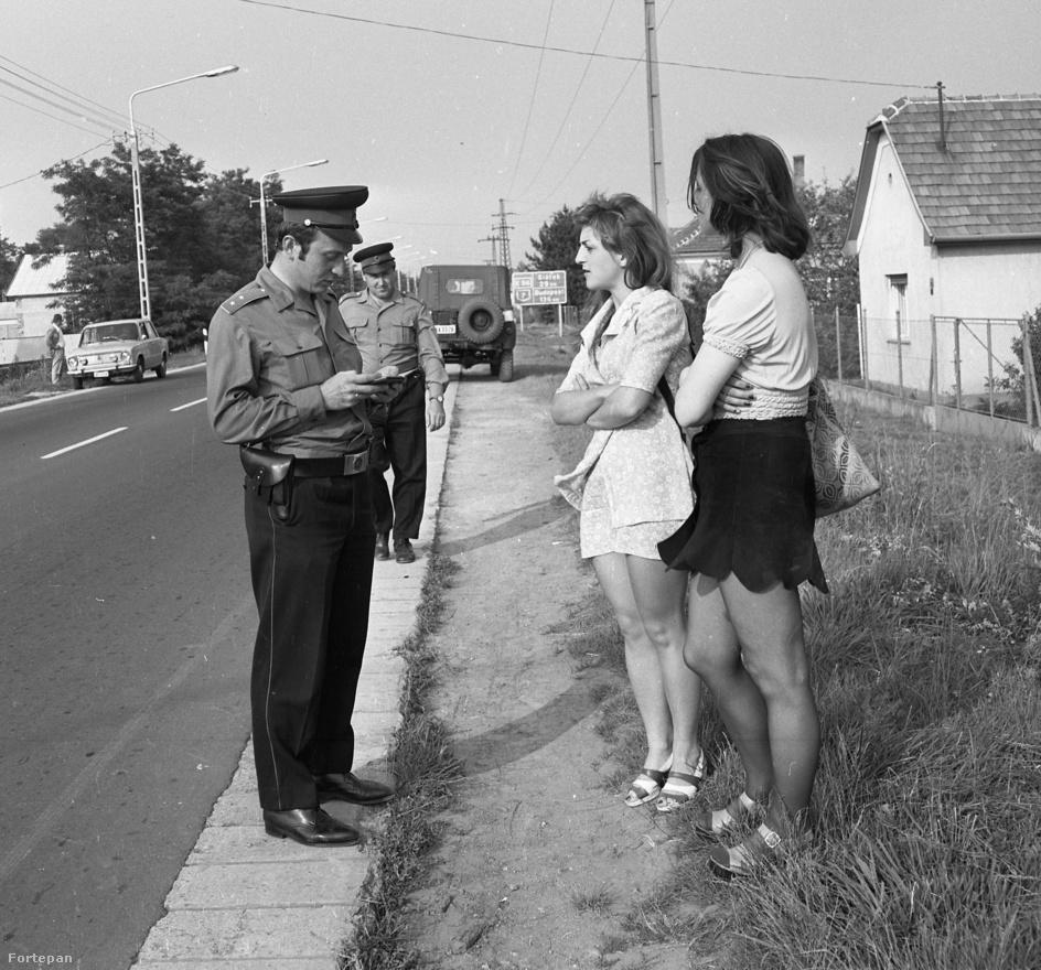 1974 júliusában a Balatonon készítette ezt a fotót Csattos Pál rendőrségi fotós. Azt nem tudni, a lányok mi járatban voltak, örömlányként vagy csak nyaralóként igazoltatták-e őket az út szélén.