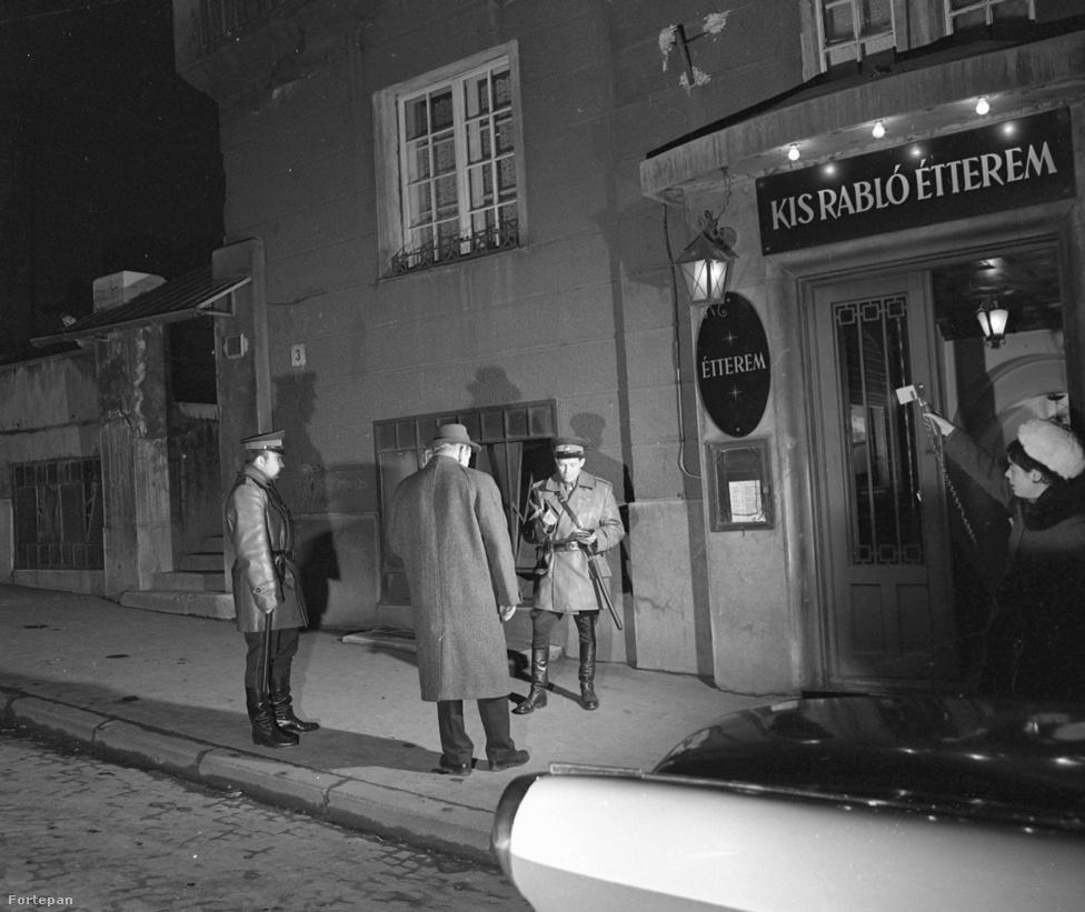 A Kis Rabló étterem a XI. kerületben, a Zenta utca 3-ban működött, nemrég végleg bezárt. 1969 márciusában Rédei Ferenc örökítette meg az URH járőrök intézkedését.