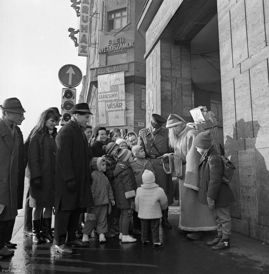 1967-ben egy Rákóczi úti áruház előtt járt a télapó egy rendőr kíséretében, amit Bartal Ferenc rendőrségi fotós megörökített december 6-án.