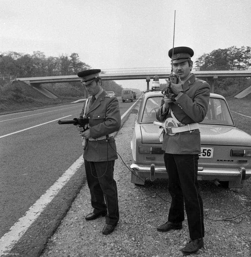 Állj vagy lövök! 1982-ben így traffipaxoltak az autópályán Ladával. Ki gondolta volna, hogy a sebességkorlátot már akkor is kellett mérni, amikor az átlag autók maximum sebessége körülbelül 90 km/h volt.