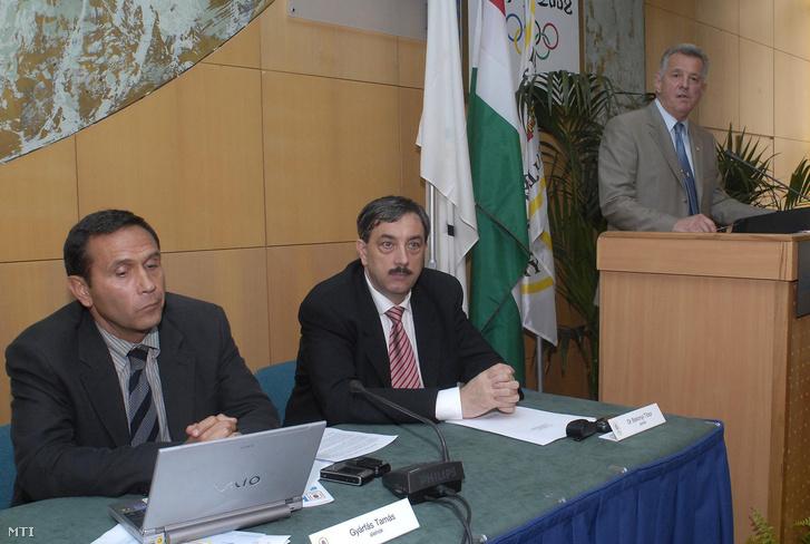 Schmitt Pál, a MOB elnöke beszél, balra Gyárfás Tamás és Bakonyi Tibor, a MOB alelnökei. Megkezdődött a Magyar Olimpiai Bizottság rendkívüli közgyűlése a Thermal Hotel Heliában, 2006. szeptbember 8-án. A tanácskozás egyetlen napirendi pontja a MOB hatékonyabb érdekképviseletének és érdekérvényesítési képességének helyreállítása valamint biztosítása és mindezek érdekében a MOB elnökének visszahívása volt.