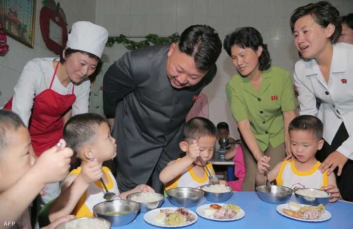 Kim Dzsongun ünnepélyes látogatása egy gyerekotthonban
