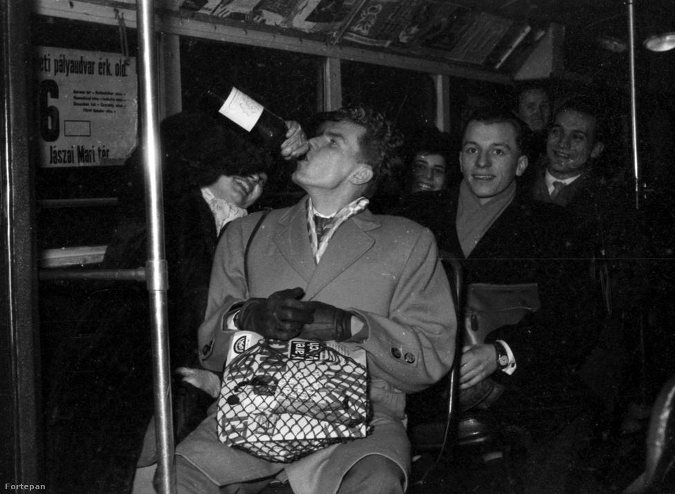A budapesti 76-os trolin borral ünneplő társaság 1959 decemberében. Az '50-es évek volt a sör diadala a bor felett Magyarországon: míg az évtized elején átlagosan 33 liter bort és 8,3 liter sört ivott meg egy magyar ember, addig 1960-ra a bor 30 literre esett vissza, a sörfogyasztás pedig meghaladta a 36,8 litert. Ezzel együtt fokozatosan nőtt a májzsugorban elhalálozók száma is. 1950-ben 5, 1955 már 5,5, 1960-ban 8,9 halott esett 100 000 lakosra.