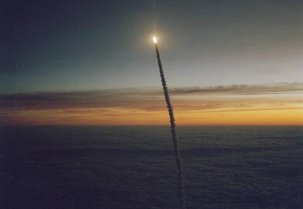 A Challenger űrsikló töri át a felhőket 1984. októberében.