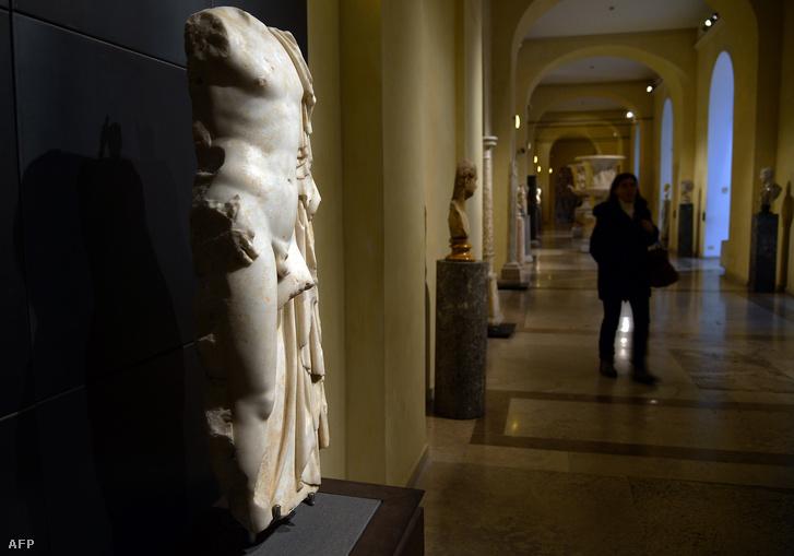 Ezt és az ehhez hasonló szobrokat takarták le a Capitoliumi Múzeumokban dobozokkal az iráni elnök Haszan Róháni látogatása alkalmával.