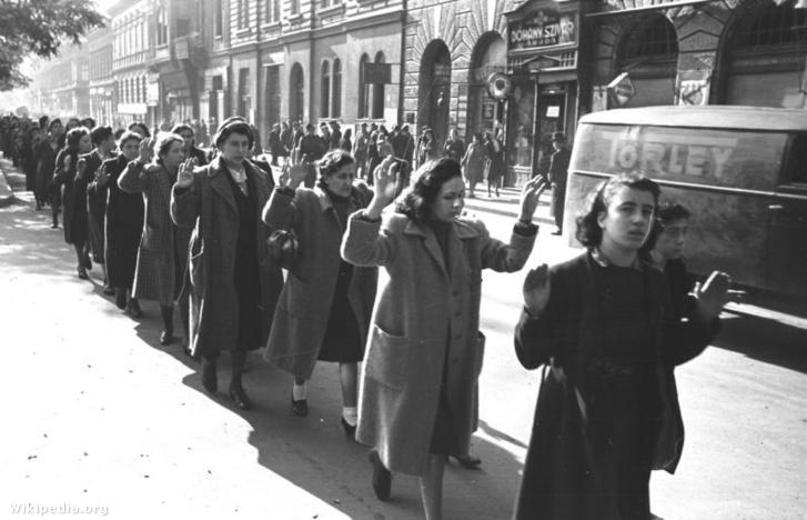Letartóztatott zsidó nők menete a budapesti Wesselényi utcában.