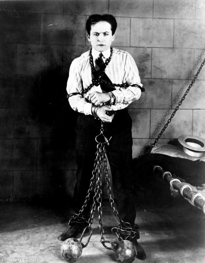 """Eleinte kocsmákban, revükben, kisebb szórakozóhelyeken léptek fel, de vándorcirkuszokhoz is gyakran csatlakoztak. Miután Houdinit leszerződtette egy lelkes impresszárió, a bűvészet helyett már a """"helycsere ládás"""" mutatványra koncentráltak, és megjelent a műsorban egy új elem: a bilincsekből való trükkös és seperc alatt kivitelezett szabadulás művészete. Ezzel a különleges képességgel a trükkember eleinte hitetlenkedő kisvárosi sheriffeket kápráztatott el,  hamarosan pedig ez lett a védjegye."""